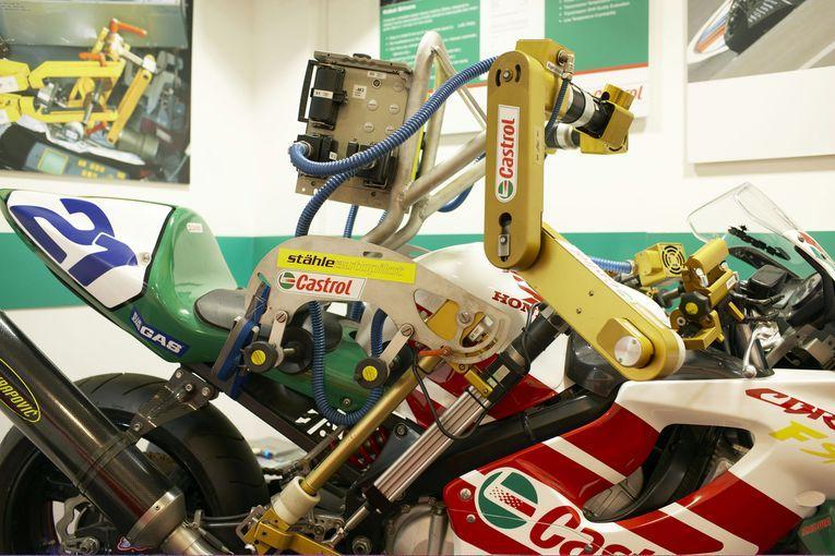 """""""Оседлавшая"""" мотоцикл конструкция - робот-байкер, который по ходу испытаний может часами ручку газа выкрученной до упора и переключать передачи по миллиону раз в день."""