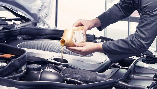 Почему нельзя заливать масло в двигатель сверх меры?