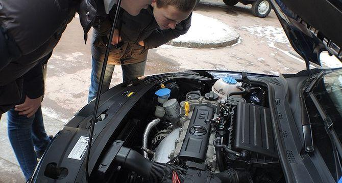 Можно ли ехать, если уровень масла в двигателе авто ниже минимального уровня